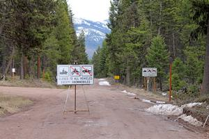 Cottonwood Lakes Road is close until May 1st (looking east)